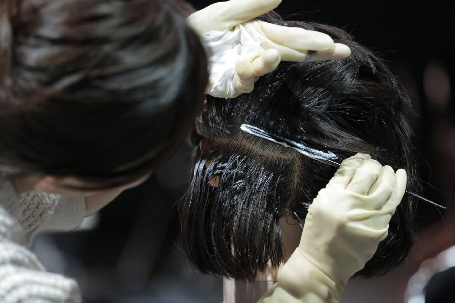高まる「頭皮につけないカラー塗布」の必要性